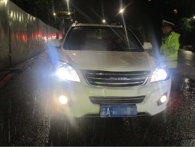 男子雨夜醉驾肇事逃逸 被记12分吊销驾驶证