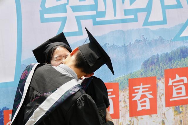 毕业不分手 大学毕业生大地之心留下爱情宣言