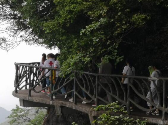 中国旅游日红心侠与捐献者家属畅游金佛山