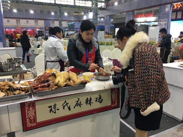 """第五届渝交会丰都真会玩 展馆前请市民""""吃桑叶"""""""