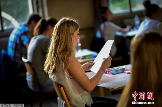 资料图:正在进行考试的学生。
