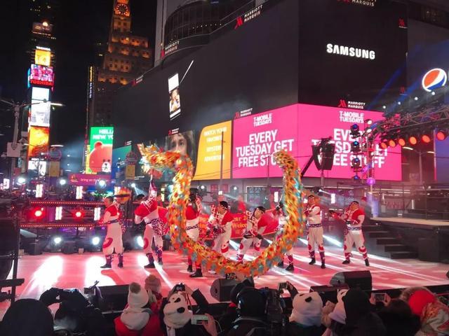 重庆铜梁龙舞在纽约时报广场跨年夜表演 惊艳世界