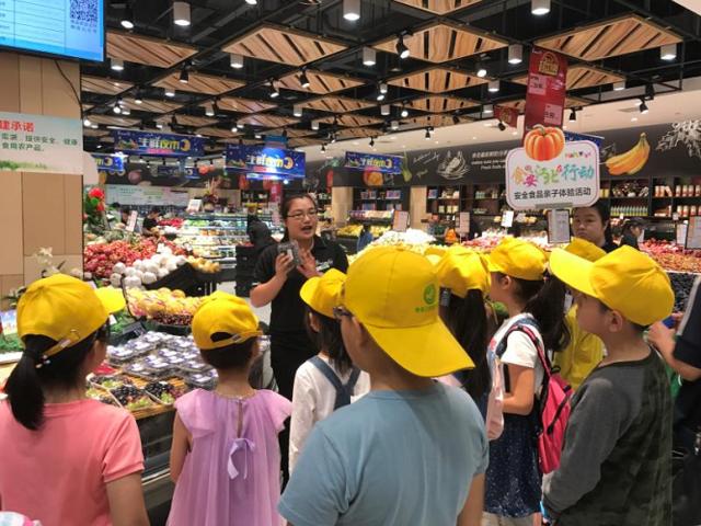 亲子游学进超市探秘食品安全 小朋友变身食安监督员
