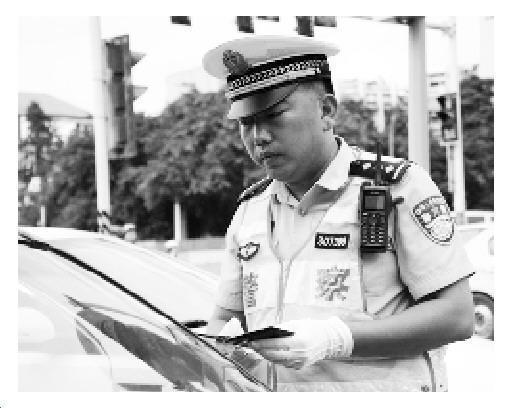 重庆交巡警高温中执勤12小时 藿香正气液当水喝