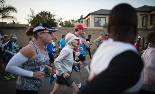 励志!南非85岁老太跑半程马拉松 创世界纪录