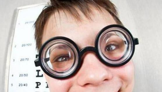 女子因先天性遗传近视 被告知无法接受手术