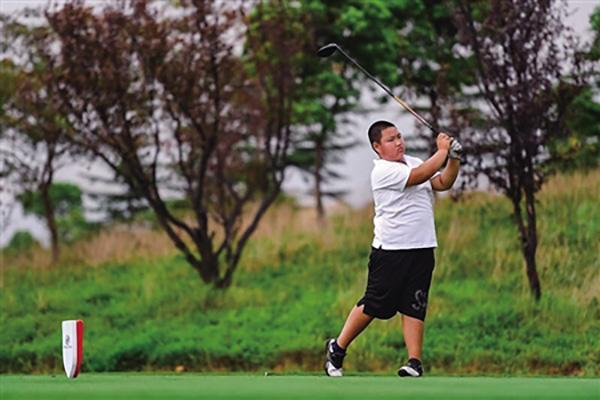 从小爱舞拖把 重庆12岁男孩一年半拿了6个高尔夫冠军