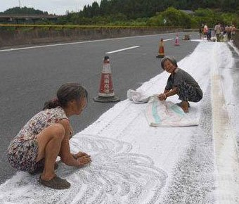 村民顺走高速路上工业盐 被劝勿食不听