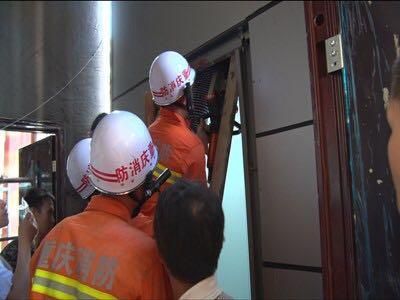 武隆一工人被卡电梯门 众人营救已无生命危险