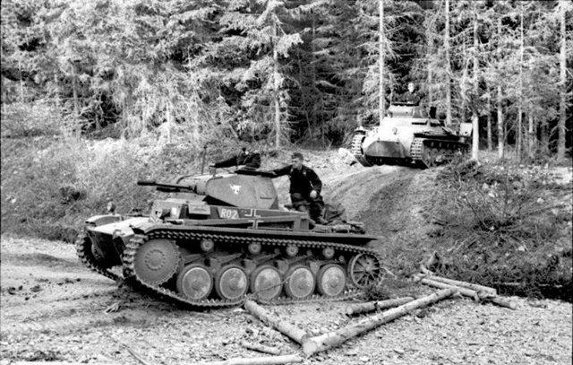 图3:德军坦克穿过阿登森林