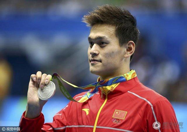 孙杨展示得到的银牌