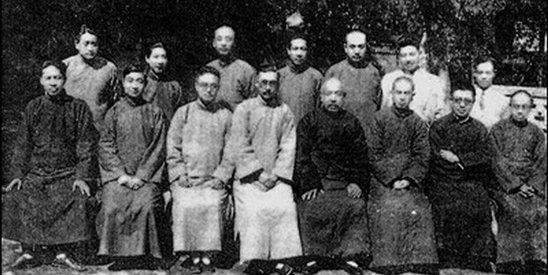 1935年,从事乡建运动同仁合影于邹平。前右一为梁漱溟。