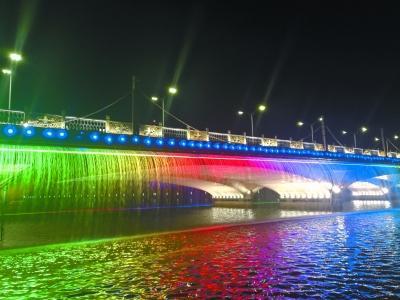 """大运河上的""""彩虹瀑布"""""""