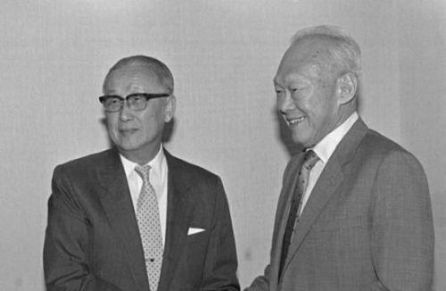 """李光耀促成了1993年的""""汪辜会谈"""",图为李光耀(右)与台湾海基会董事长辜振甫合影。"""