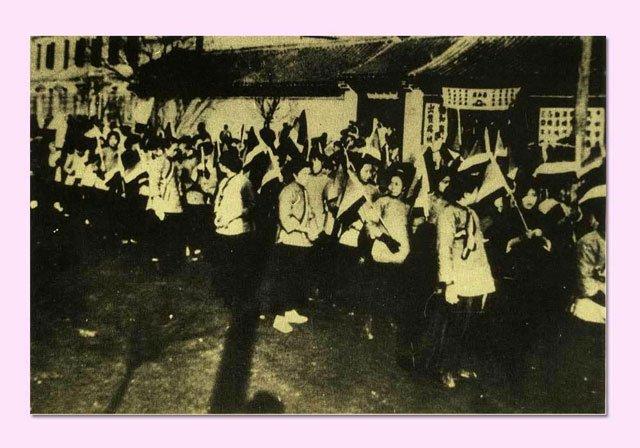 五四时期女学生参加示威游行
