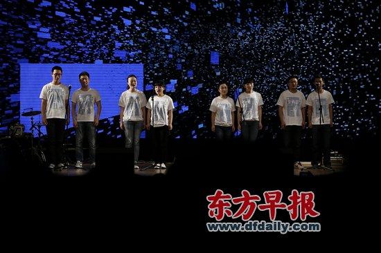 华东师范大学20年前解散的夏雨诗社复社.图为社员们朗诵诗歌.