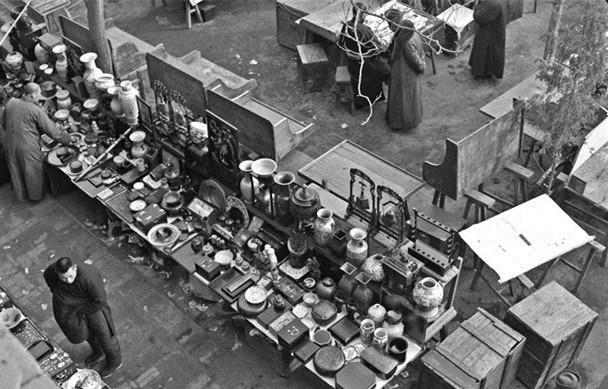20世纪40年代,街头古玩摊。摄影/Hedda Morrison