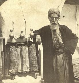 撒玛利亚人坚信自己是以色列人后裔。图为撒玛利亚祭司和撒玛利亚摩西五经 1908年 Omaha Public Library