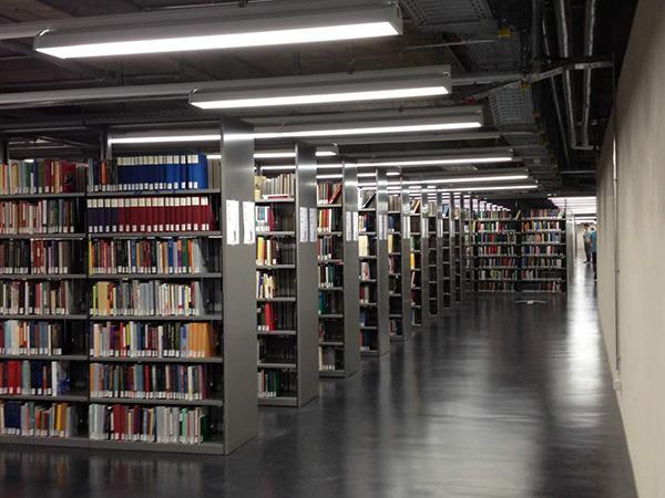 位于新图书馆地下一层的开架书库,该书库的书允许外借.