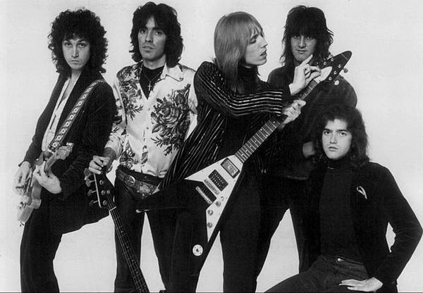 """""""汤姆·派蒂和伤心人""""乐队-布鲁斯摇滚传奇人物汤姆 派蒂去世,"""