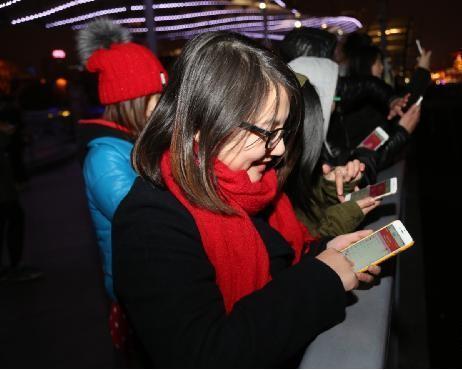 """作为一种""""新年俗"""",微信红包会取代纸质红包吗?"""