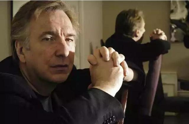 """艾伦·里克曼于1946年2月出生于英国伦敦,曾在切尔西艺术学院和皇家艺术戏剧学院学习,是英国最多才多艺的舞台剧演员和影视演员之一。艾伦·里克曼曾先后提名或荣获英国电影学院奖、托尼奖(戏剧)、金球奖(电影电视)、艾美奖(电视剧)等重要奖项的演员荣誉,1995年被《帝国》(Empire)杂志选为""""电影史上100位最性感的影星""""第34位,1997年再次被评为""""有史以来最杰出的100位影星""""第59位。"""