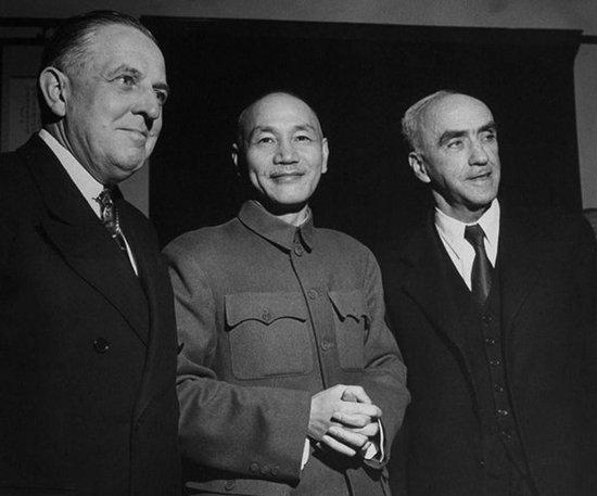美国总统特使,经济合作总署署长保罗·霍夫曼、蒋介石和司徒雷登在晚餐招待会上。