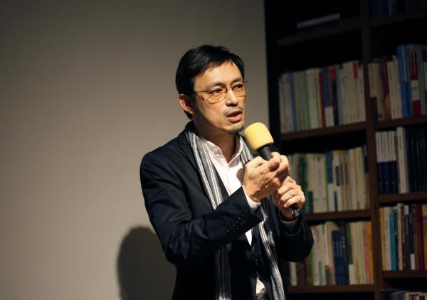 马家辉写了小说《龙头凤尾》,作家的身份才真的完整了