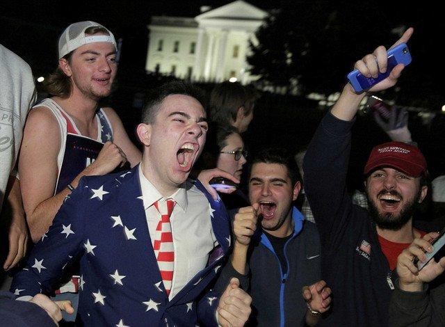 川普的支持者聚集在白宫外