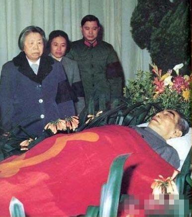 周恩来去世毛泽东一言未发空流泪 江青特意穿上红毛衣