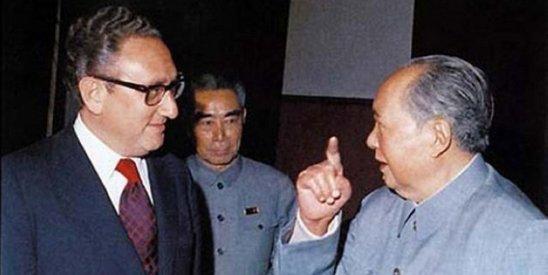 基辛格装作拉肚子秘密来华谈建交。图为1973年毛泽东会见基辛格。