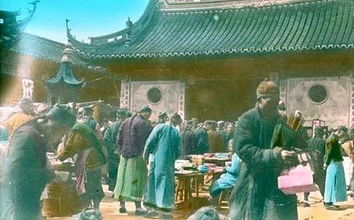 清末民初的老百姓多数还是遵从儒家思想。他们不分共和制与帝制,他们没这个概念,没见过共和,只知道帝制。