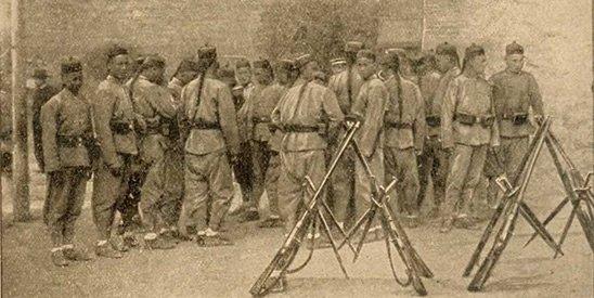 """1917年6月,张勋利用黎元洪与段祺瑞的矛盾,率5000""""辫子兵"""",借""""调停""""为名,于6月14日进北京。"""