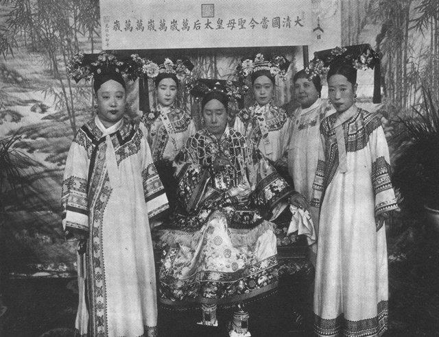 前左起:瑾妃、慈禧太后、隆裕皇后;后左起裕德龄、裕容龄、裕庚夫人