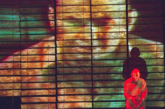 《沉没的红》:红色像血洒在日本国旗上