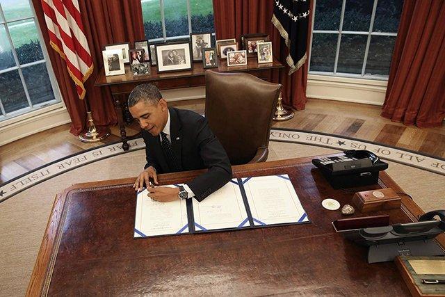 奥巴马坐在椭圆办公室(总统办公室)里