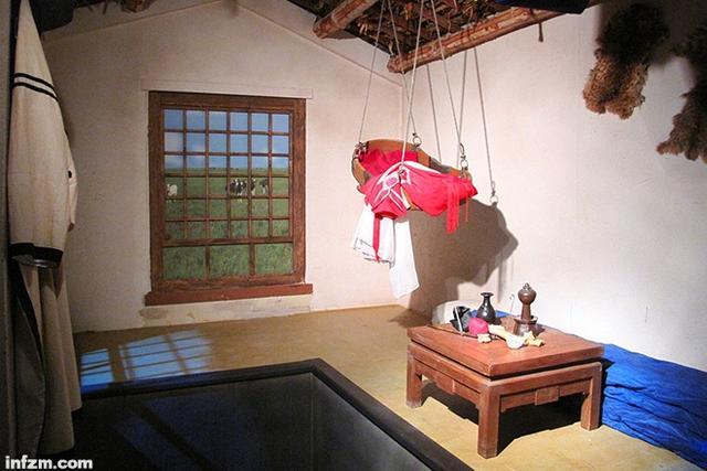 图为黑龙江省齐齐哈尔市博物馆展示的齐齐哈尔农村的火炕.