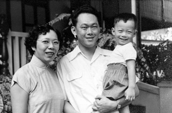 李光耀一家,他怀中抱着的是他的大儿子李显龙。