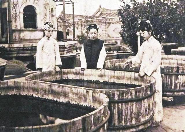 瑾妃与两个宫女在延禧宫观金鱼
