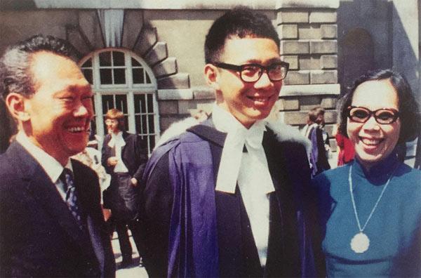 二十年后,李显龙从剑桥大学毕业,父母参加他的毕业典礼。