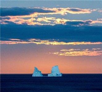 摄影师抓拍月亮从冰山升起瞬间