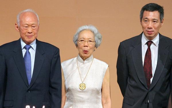 又过了三十年,已成为新加坡副总理(此后不久成为总理)的李显龙与父母一起,庆祝父亲八十寿辰。