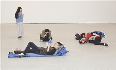 """艺术家厉槟源个展""""做梦"""":在美术馆睡觉也算艺术?"""