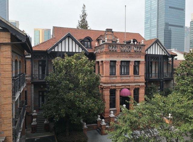 这栋屋子为砖木结构,红砖墙中又夹杂着砌入中式青砖,这也是上海老洋房