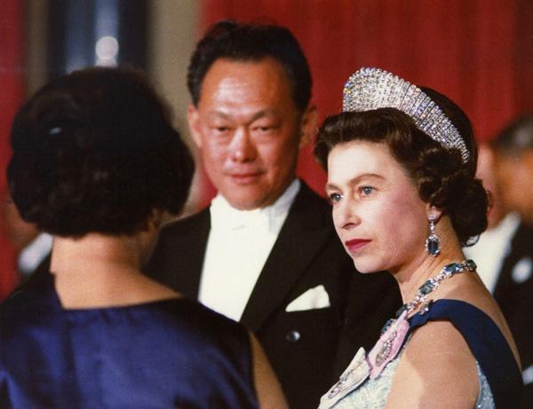 1960-70年代是新加坡抱紧欧美大腿的时代,图为李光耀与英国女王伊丽莎白二世。
