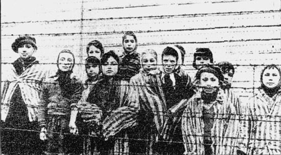 奥斯维辛集中营解放时,苏联红军摄影师沃龙佐夫拍下集中营幸存者纪念
