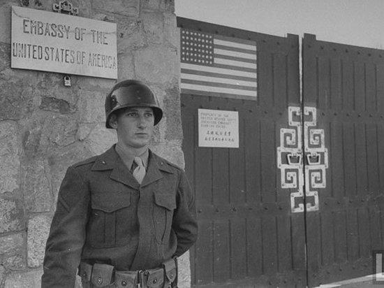 美国大使馆的警卫站。1948年12月