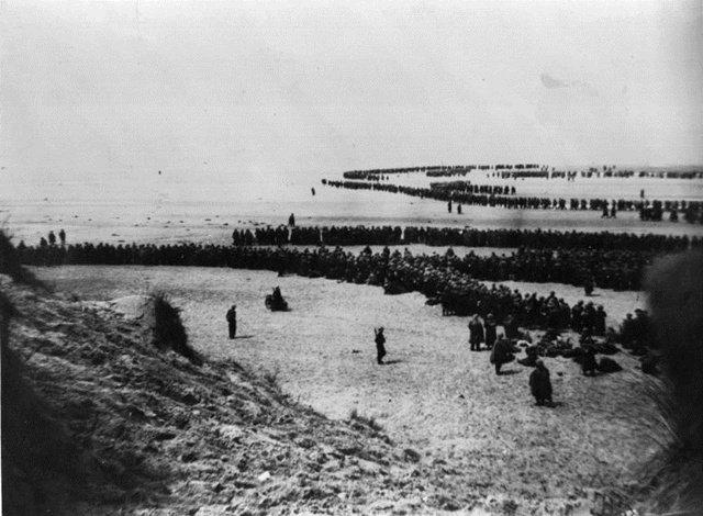 图6:等待的士兵在敦刻尔克海滩上排成长队