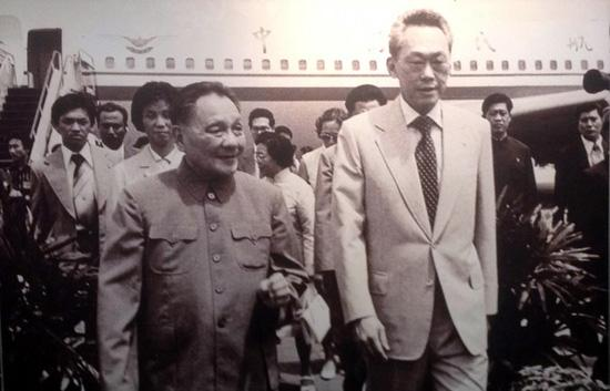 1978年邓小平访问新加坡。从照片中看得出来,两人都还有点拘谨,不是太熟的样子