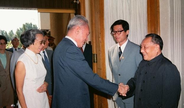 1980年代李光耀再度访华时,他和邓小平谈笑风生,已经很熟了。